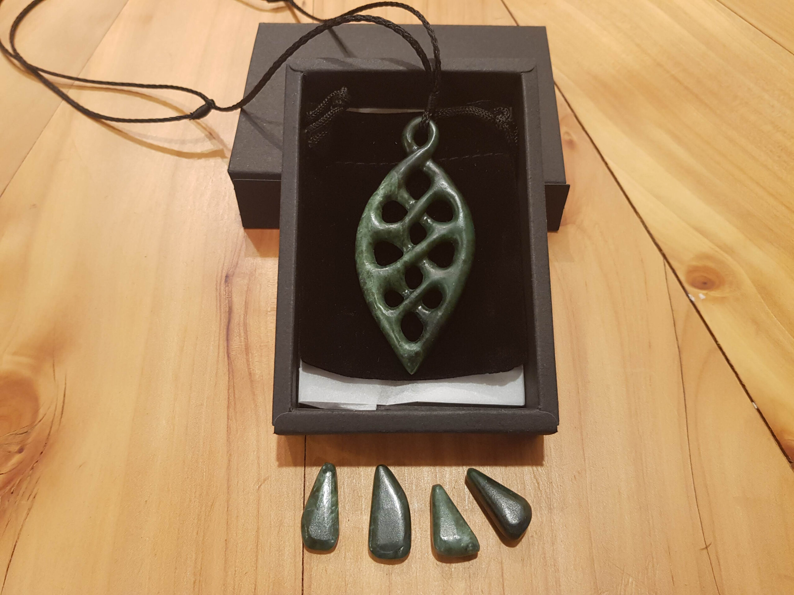 pounamu, whanaungatanga, carving, pendant, greenstone, jade, lashing, maori, new zealand, nz, campbell potter, jewellery, jewelry, stone, Whanau,connections, family (11)